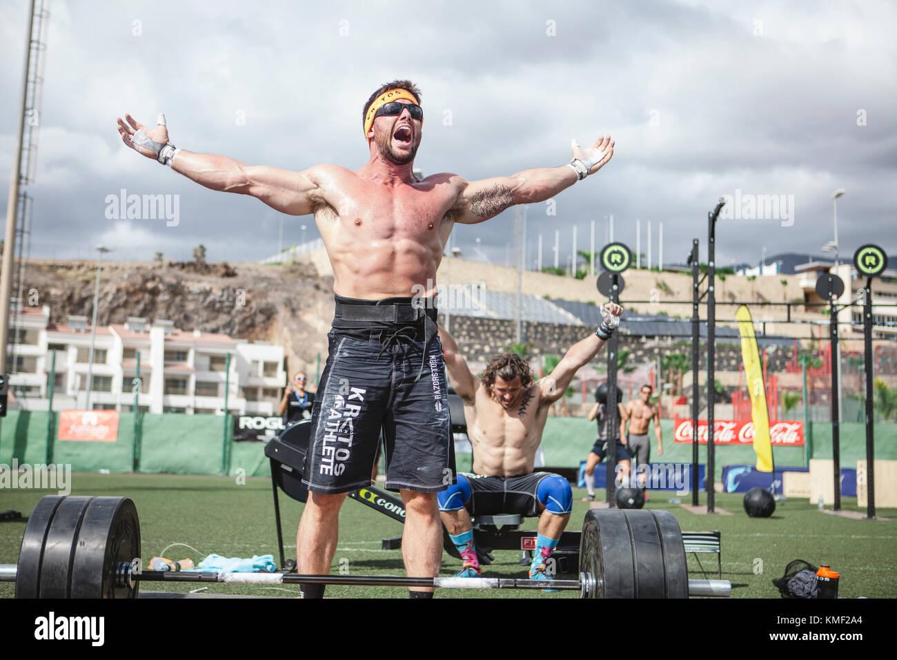 Descamisados muscular de los atletas del equipo de halterofilia gritando de alegría tras ganar la competencia,tenerife,islas Imagen De Stock