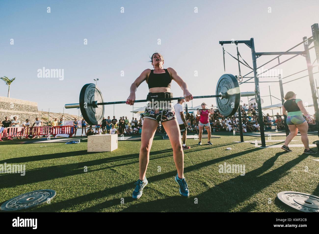 Vista frontal de la atleta femenina de levantar pesas durante la competición, Tenerife, Islas Canarias, España Imagen De Stock