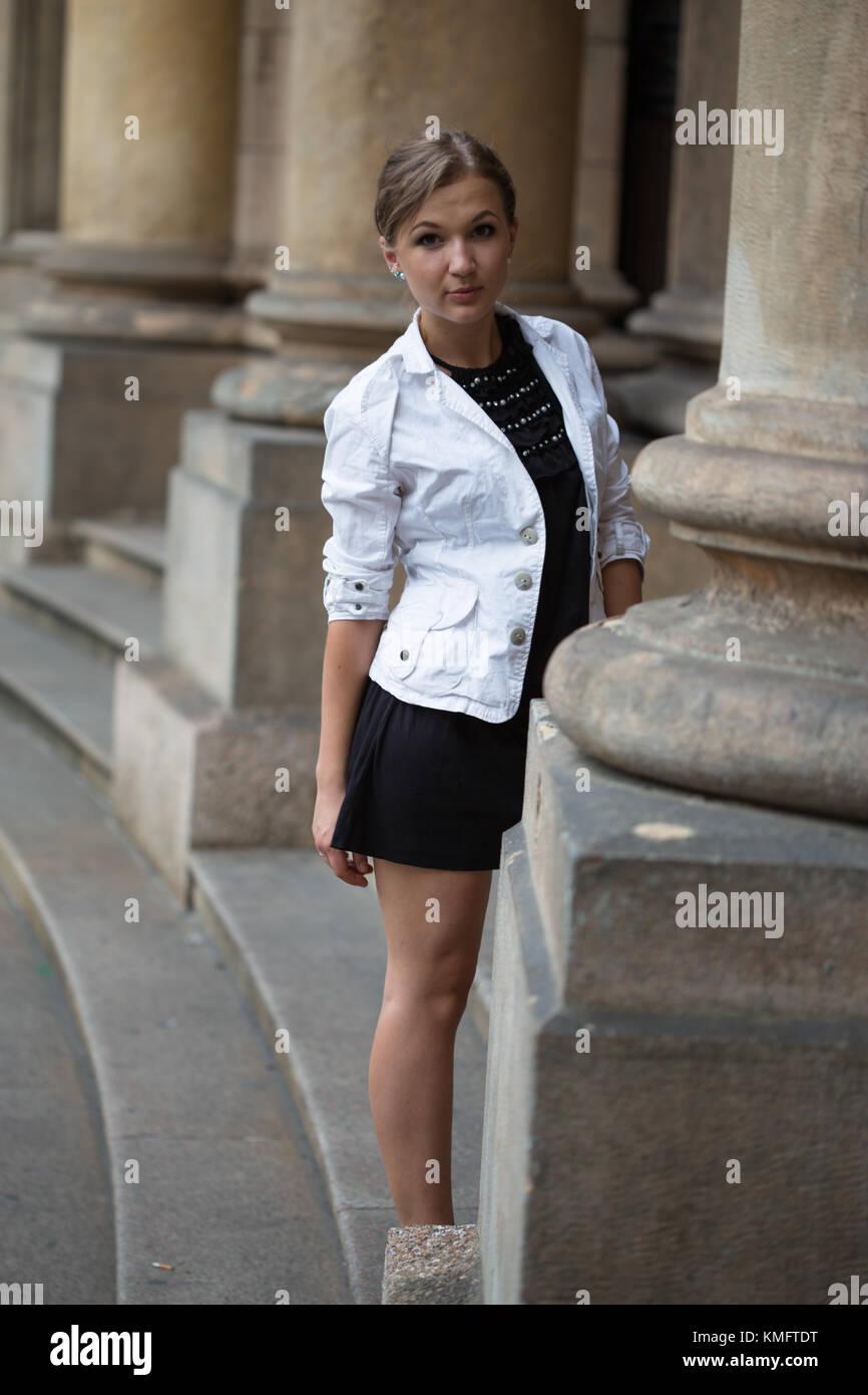 Vistiendo Chaqueta Joven Y Mujer Retrato Una Blanca De Vestido x4zqvT