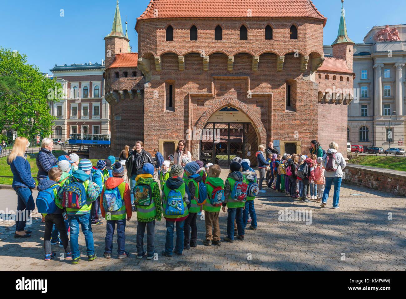 Viaje escolar los niños de Europa, un partido de clase elemental escuela los niños visitan el bien conservado Imagen De Stock