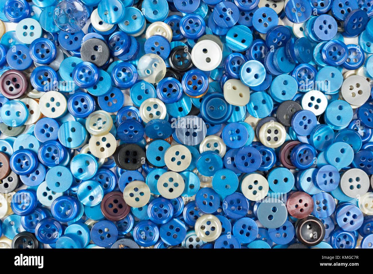 Conjunto de botones de costura azul sobre fondo blanco. Foto de stock