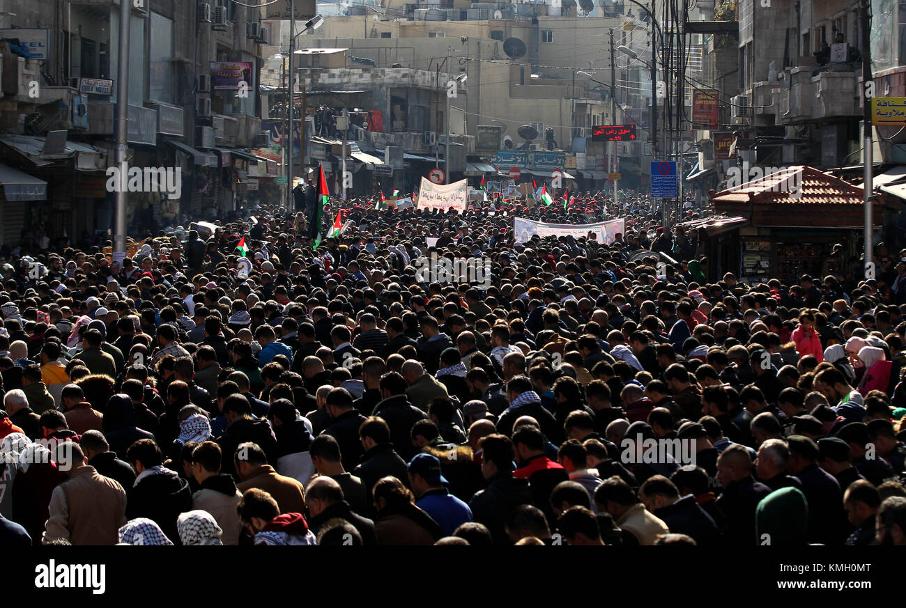 Ammán, Jordania. El 8 de diciembre de 2017. La gente participa en una protesta contra la decisión del presidente Foto de stock