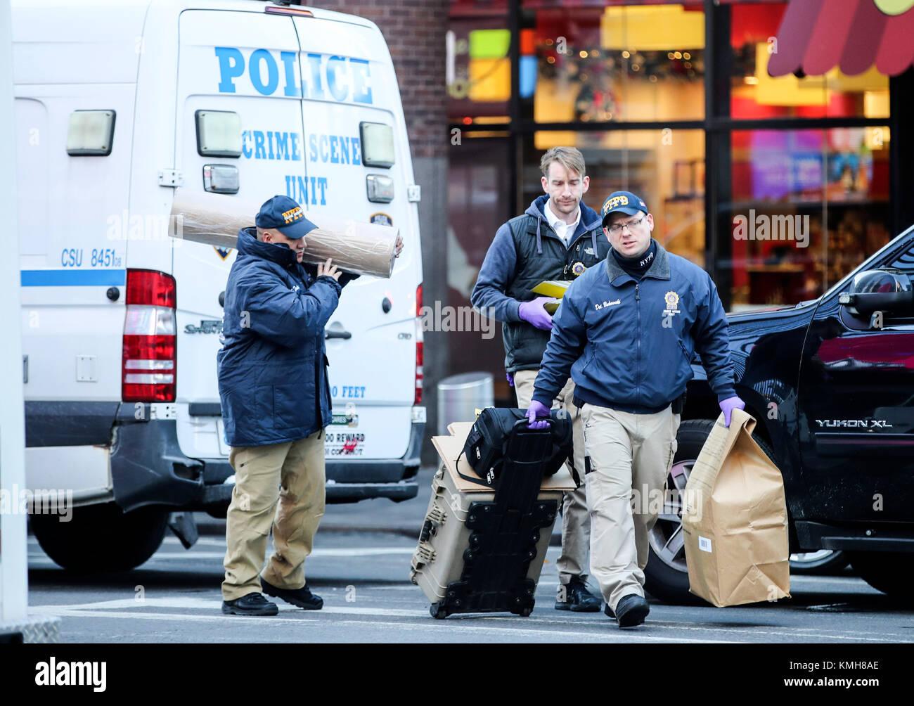 Nueva York, Estados Unidos. 11 dic, 2017. Los investigadores trabajan en el sitio de la explosión, en Nueva York, Foto de stock