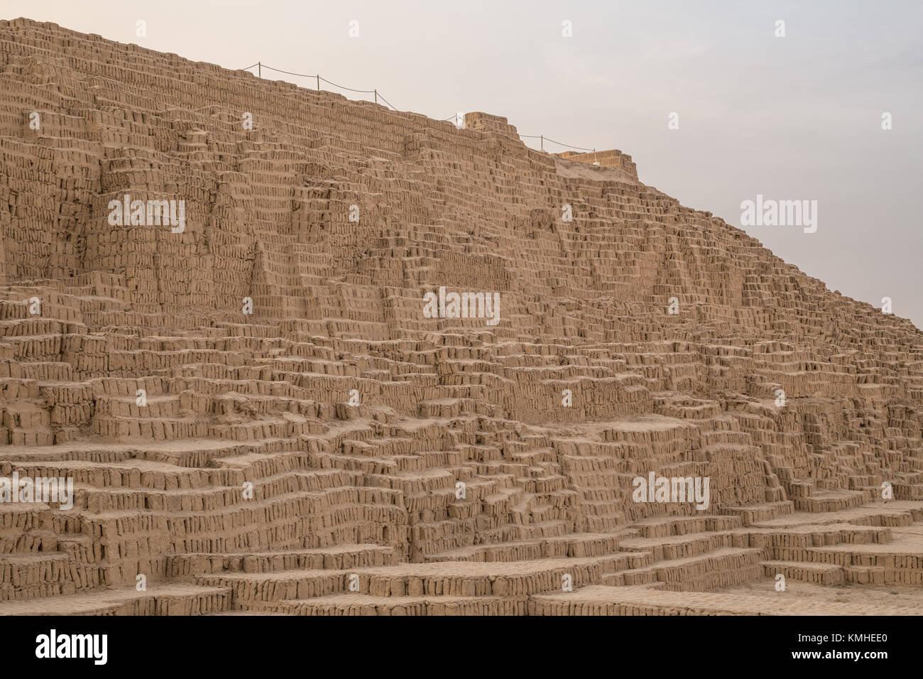 Huaca Pucllana o Juliana, huaca de una enorme pirámide de adobe y arcilla en el distrito céntrico de Miraflores Foto de stock