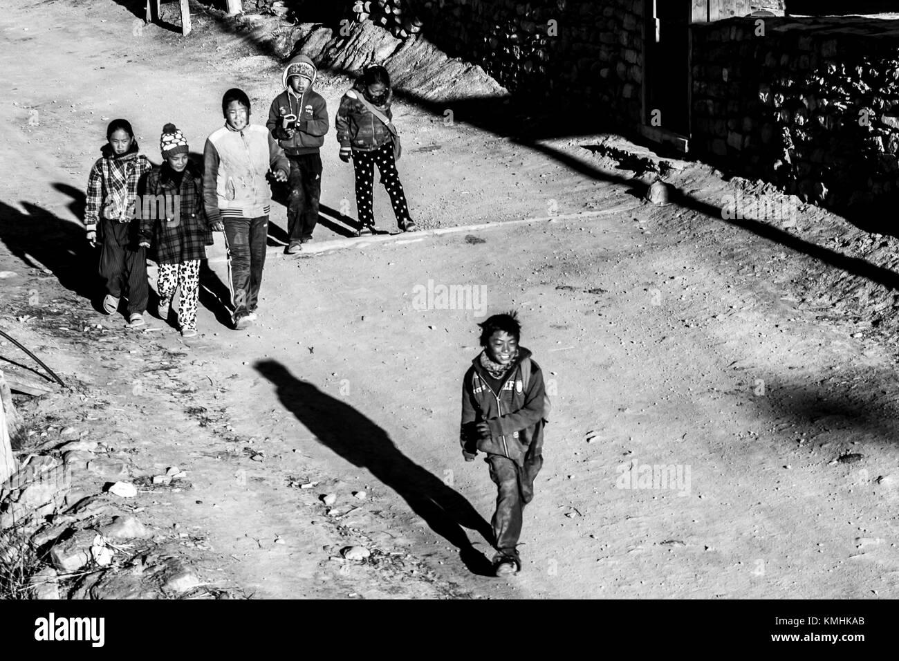Temprano en la mañana. Los niños nepaleses que van a la escuela. Mountain Village Braga, Nepal, Himalaya Foto de stock