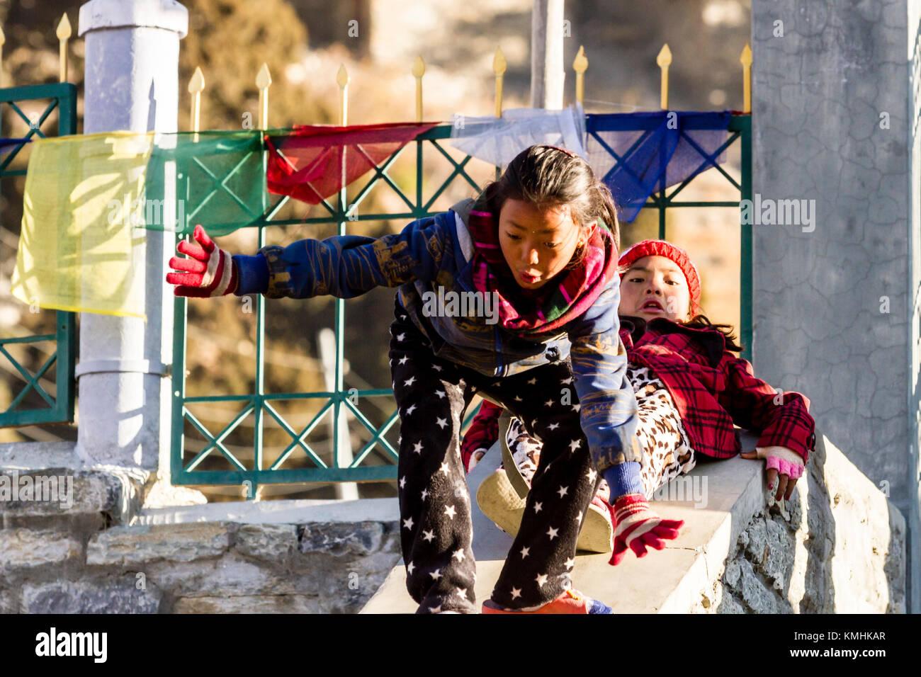 Los niños nepaleses. Mountain Village Braga, Nepal, Himalaya Imagen De Stock