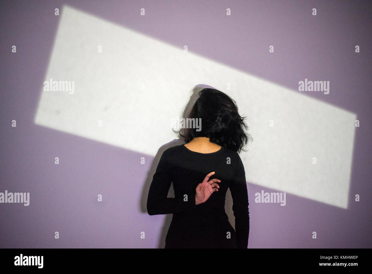 La fotografía conceptual - mujer de regreso con una luz espectacular . geometría y luz tenue sombra , Imagen De Stock