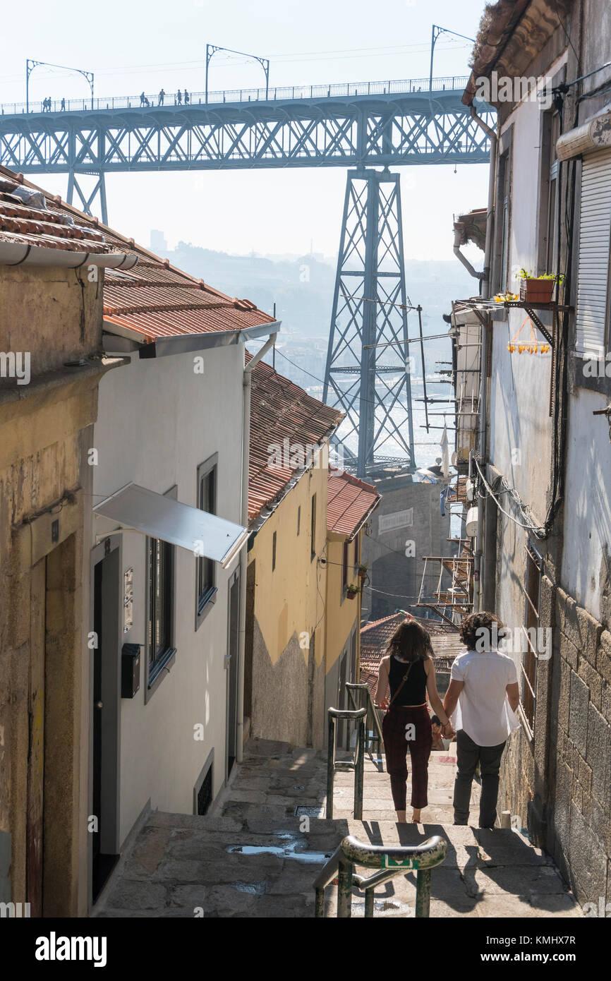 Los pasos que conducen hasta el río Duero waterfront en la Ribeira de Porto, Portugal. Con el puente Dom Luis Imagen De Stock