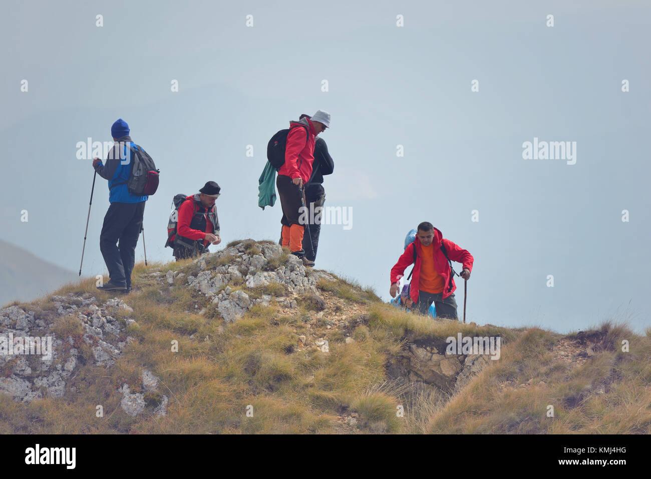 Grupo de personas de diferentes edades y etnicidad caminando por el sendero de montaña durante la caminata Imagen De Stock