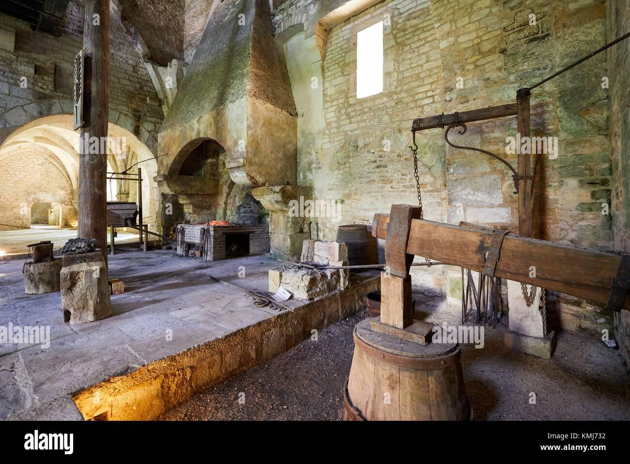 Martillo hidráulico, forja, Abbaye Royale de Notre Dame de Fontenay Fontenay abadía cisterciense, Montbard, Imagen De Stock