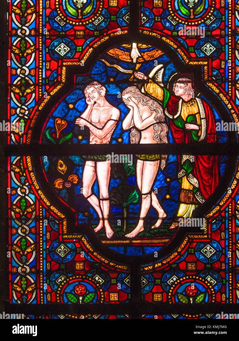 Bélgica, Dinant- Ladon stoneglass wall en el ''Collegiale de Notre Dame'': la representación de Eva y Adán dejando Foto de stock