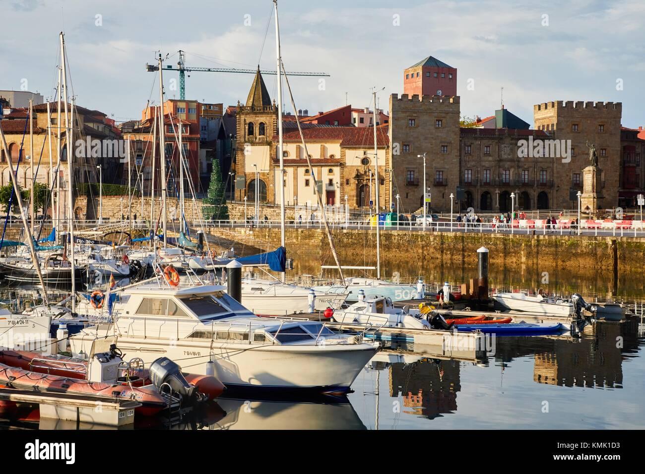 La Colegiata de San Juan Bautista, el Palacio de Revillagigedo, Puerto Marina, Gijón, Asturias, España, Europa Foto de stock