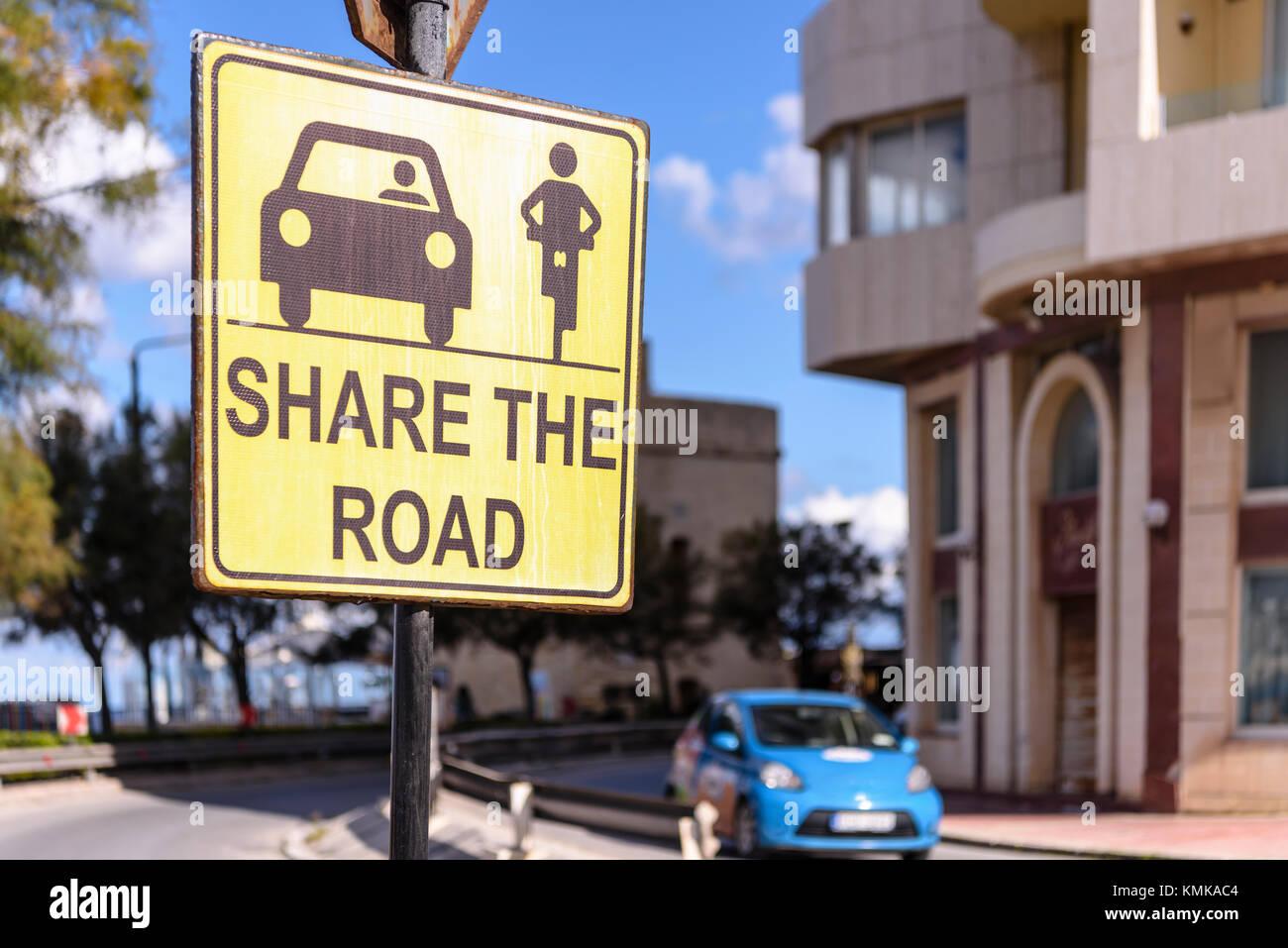 Firmar asesorar a usuarios de la carretera a compartir la carretera entre automóviles y motociclistas. Imagen De Stock
