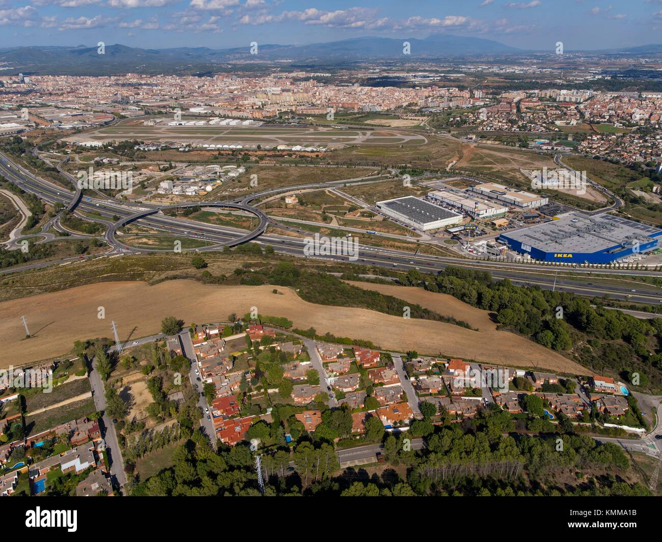 La autopista c 58 y el centro comercial de sabadell barcelona foto imagen de stock 167633351 - Centro de sabadell ...