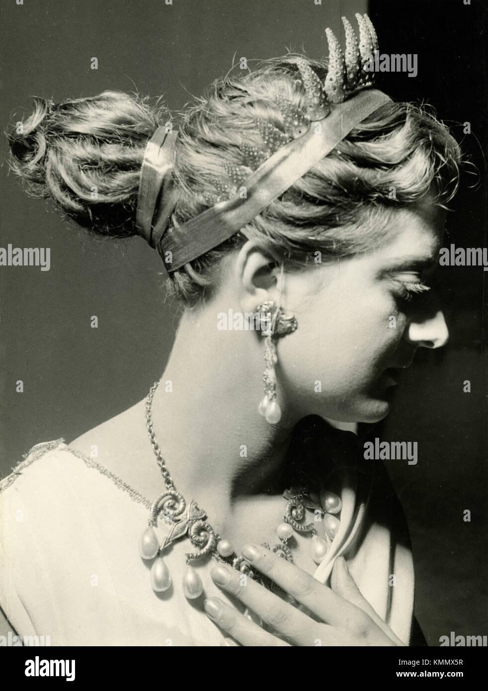 Modelo de toga en el show de peluquería, Italia 1960 Imagen De Stock
