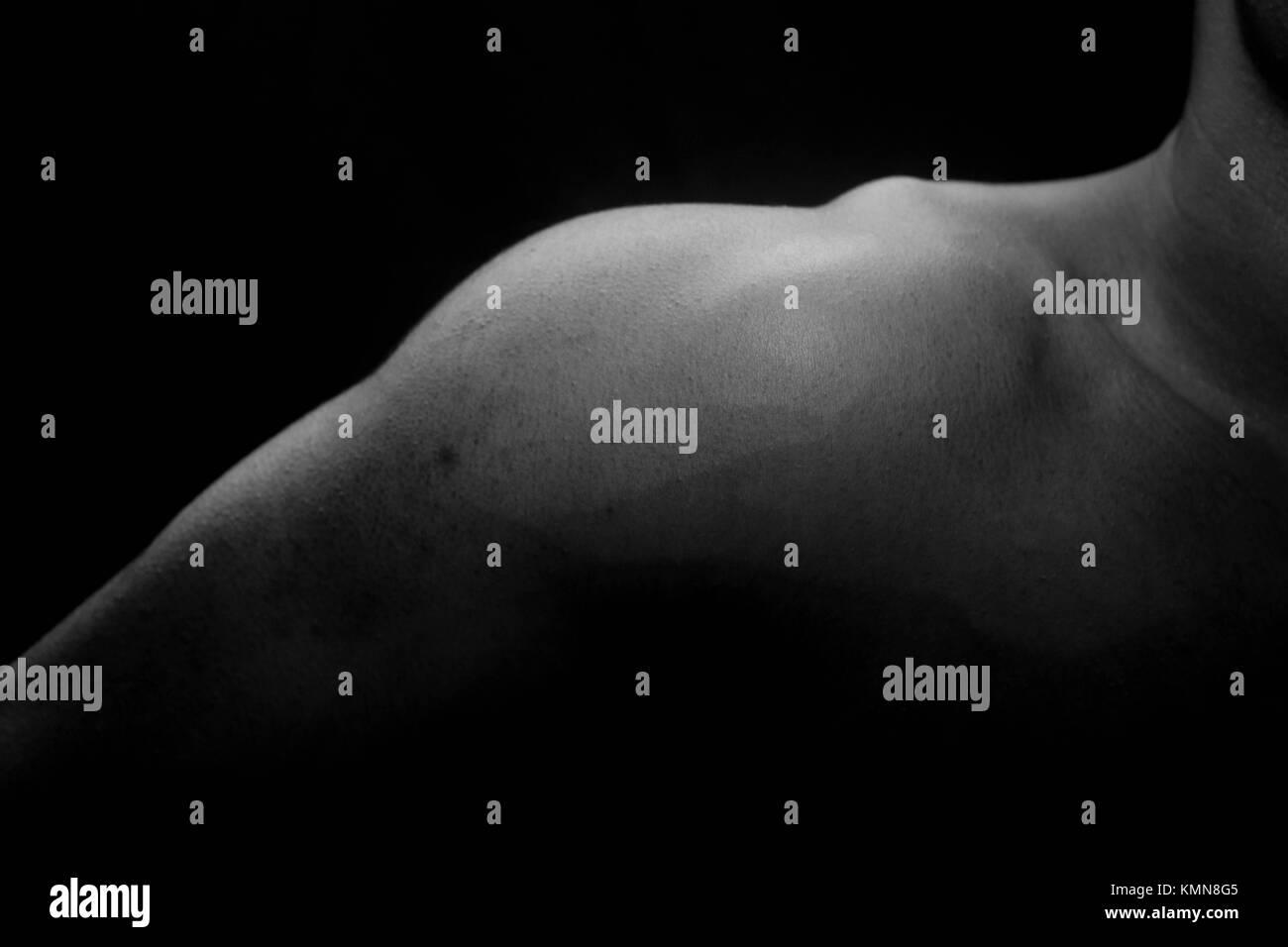 En blanco y negro de una parte del cuerpo del hombro Imagen De Stock