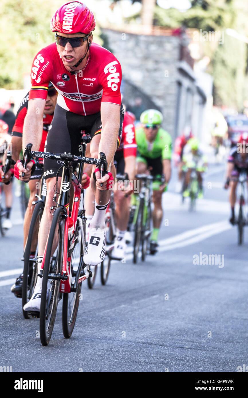 Imperia, IM, Liguria, Italia - 20 de marzo de 2016: una importante carrera de ciclismo en un pequeño pueblo Imagen De Stock