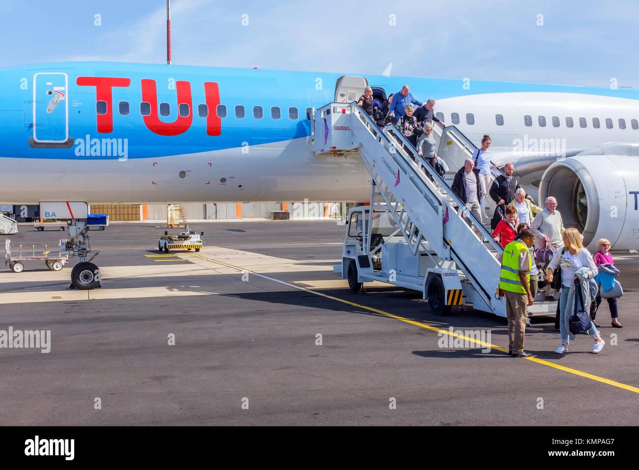 Los turistas británicos desembarcar desde un TUI Travel Company Boeing 757 200 jet en el Aeropuerto Internacional Imagen De Stock