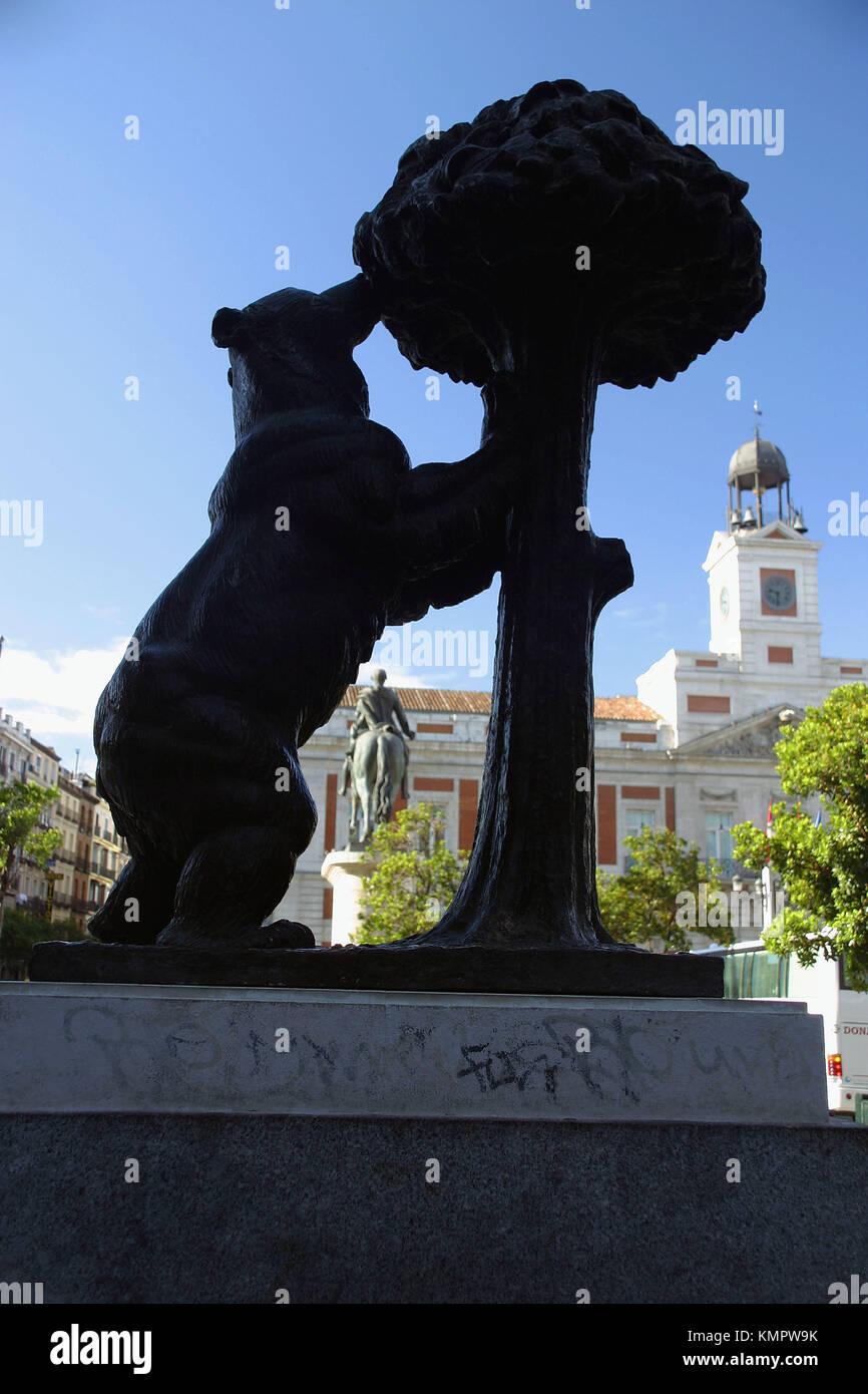 Estatua del oso y el madroño (símbolo) de Madrid en la plaza de la Puerta del Sol. Madrid. España Imagen De Stock