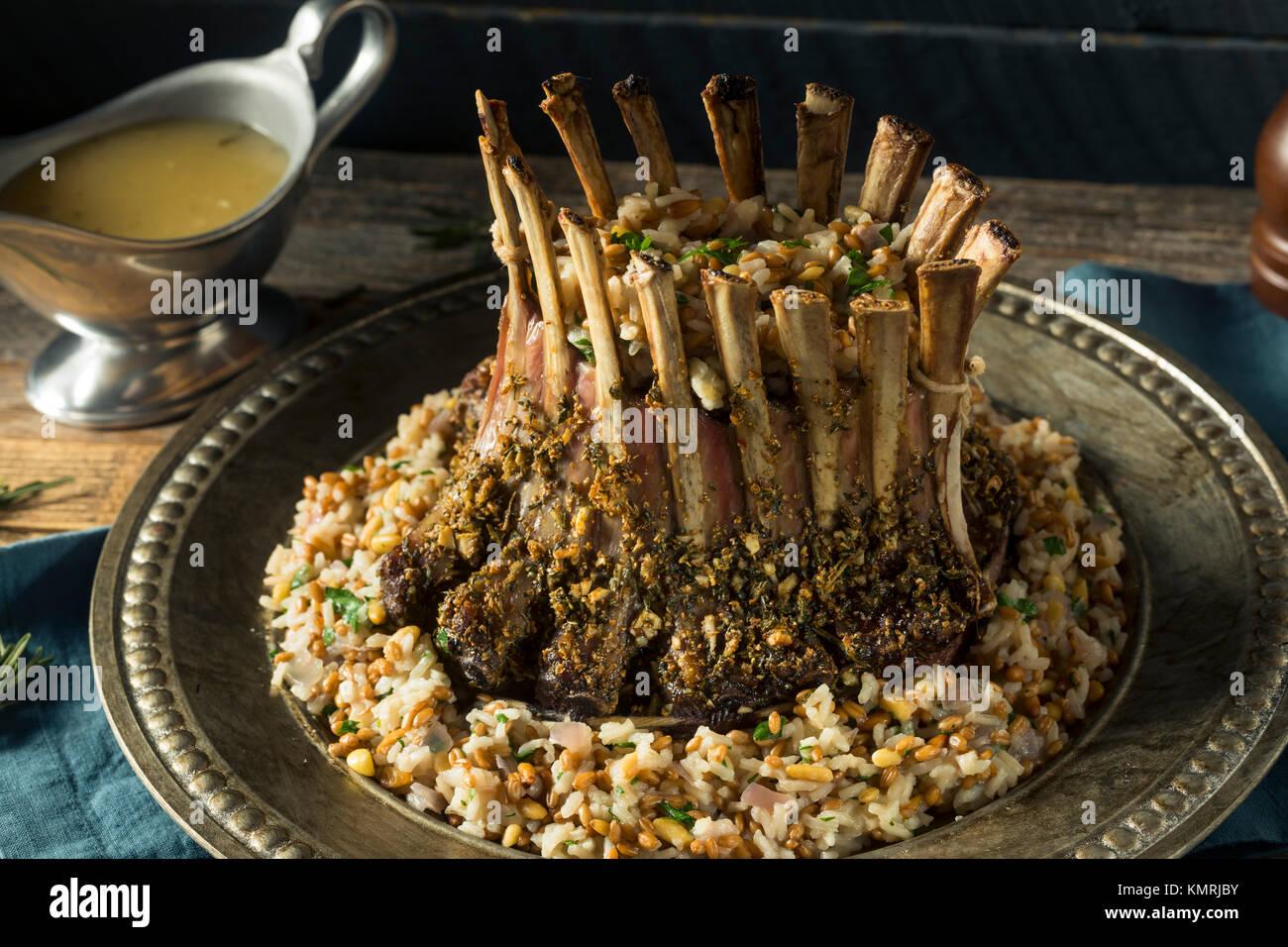 Gourmet caseros Corona de cordero con arroz pilaf Imagen De Stock