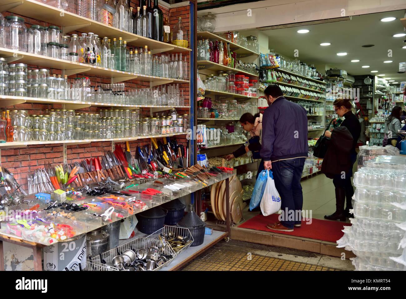 Buscando en el hardware local tienda especializada en cristalería y utensilios de cocina en el centro de Atenas. Imagen De Stock