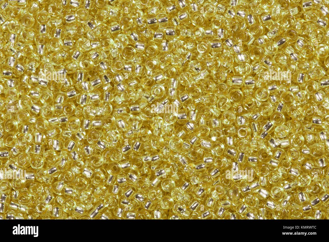 Fondo de perlas de vidrio de color amarillo dorado. Foto de stock