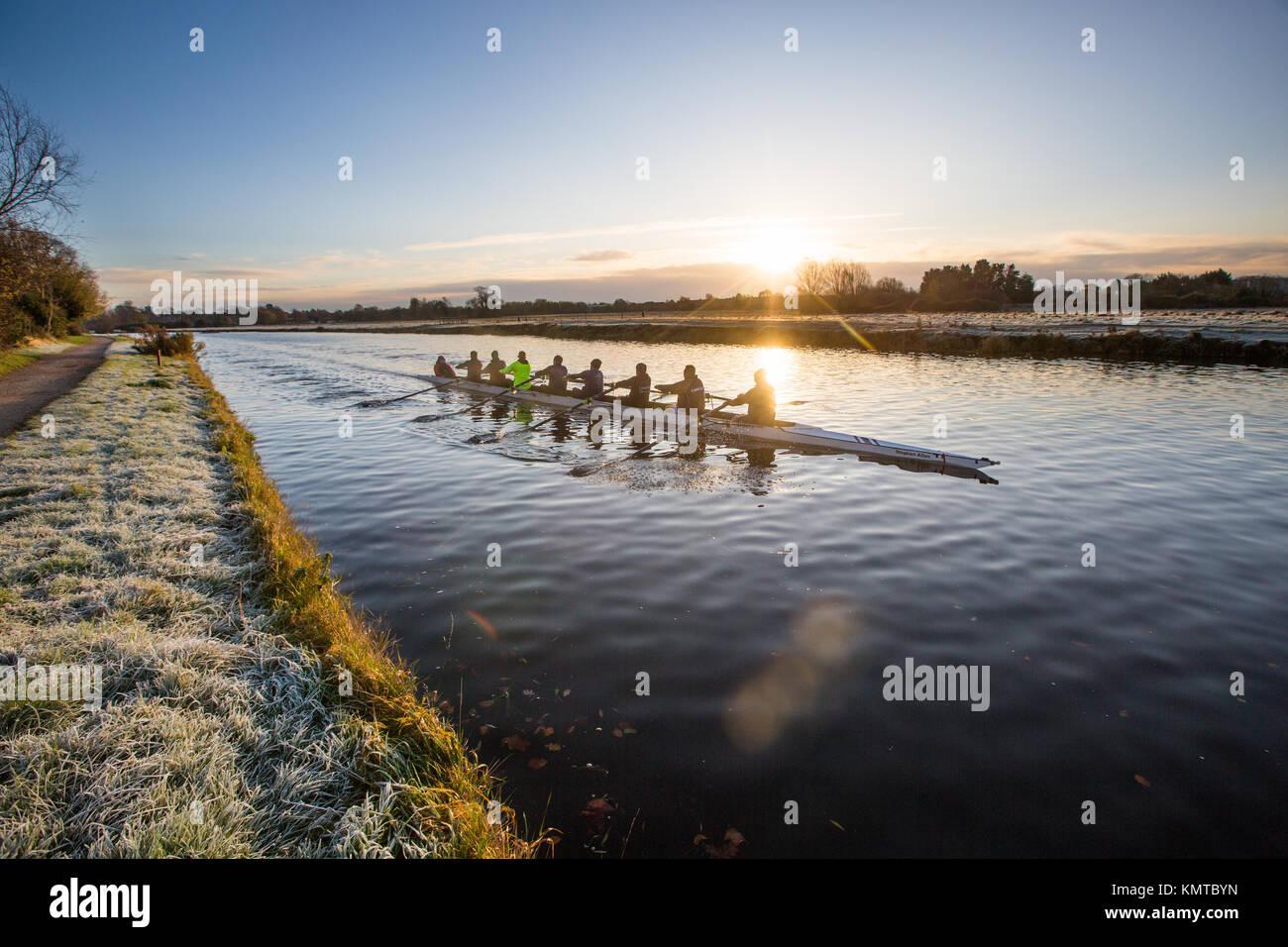 Los remeros en el río Cam en Cambridge en una fría mañana de sábado de congelación al amanecer. Imagen De Stock