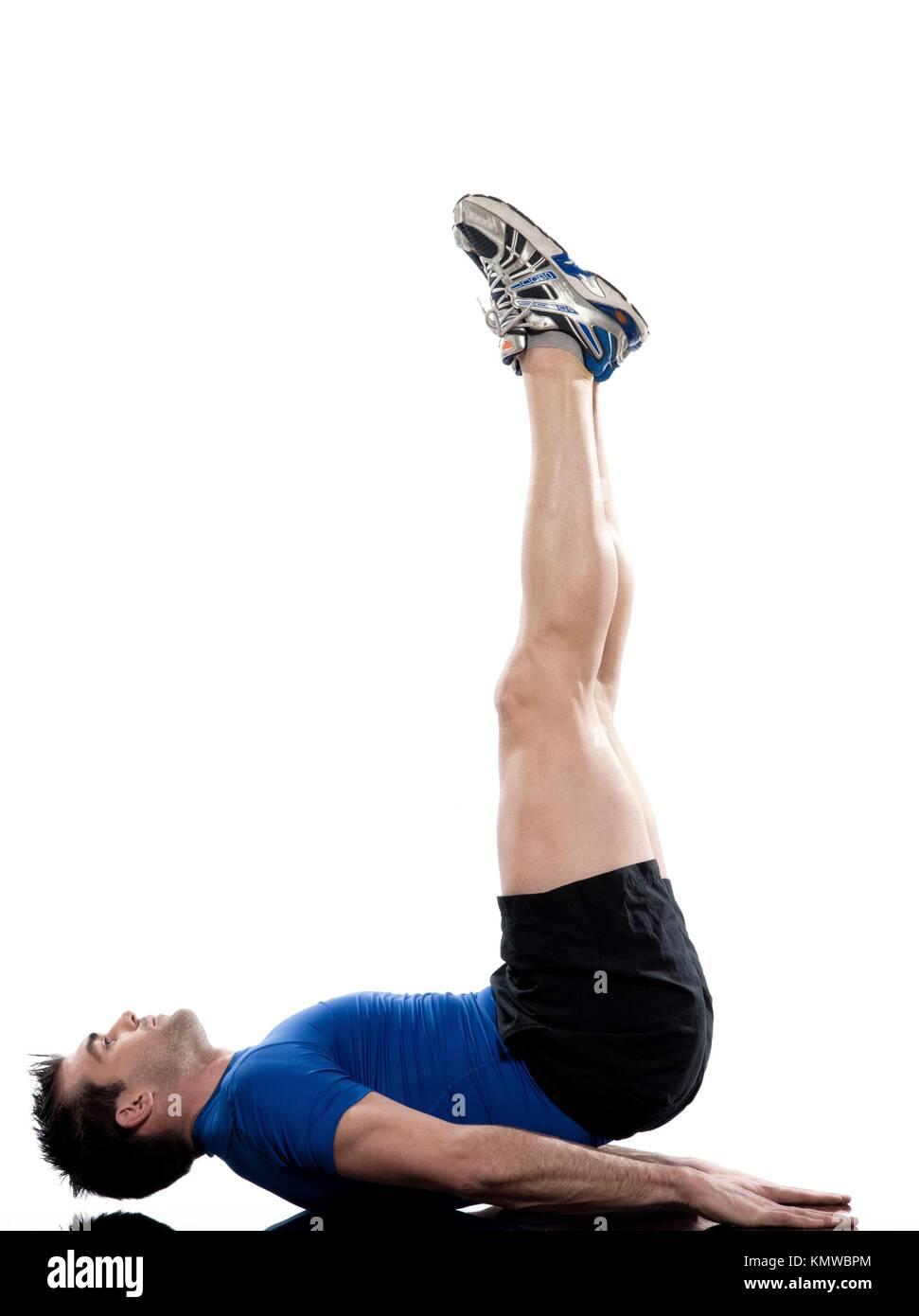Hombre haciendo ejercicios abdominales postura sobre fondo blanco aisladas  puente elevaciones de Cadera Imagen De Stock aa65e4c41330