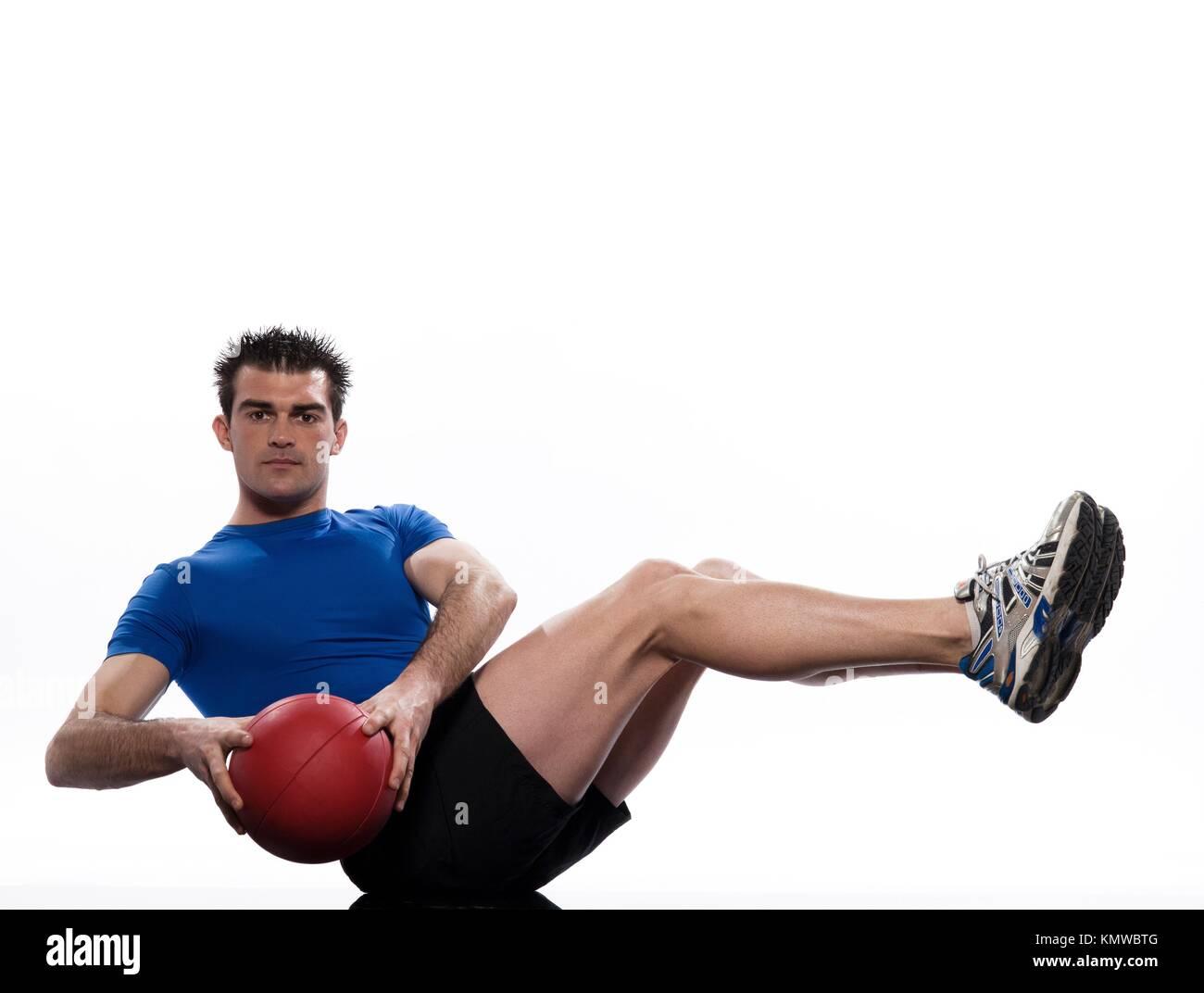 Hombre haciendo ejercicios abdominales bola postura sobre fondo blanco  aislado 6ee70e3fa413