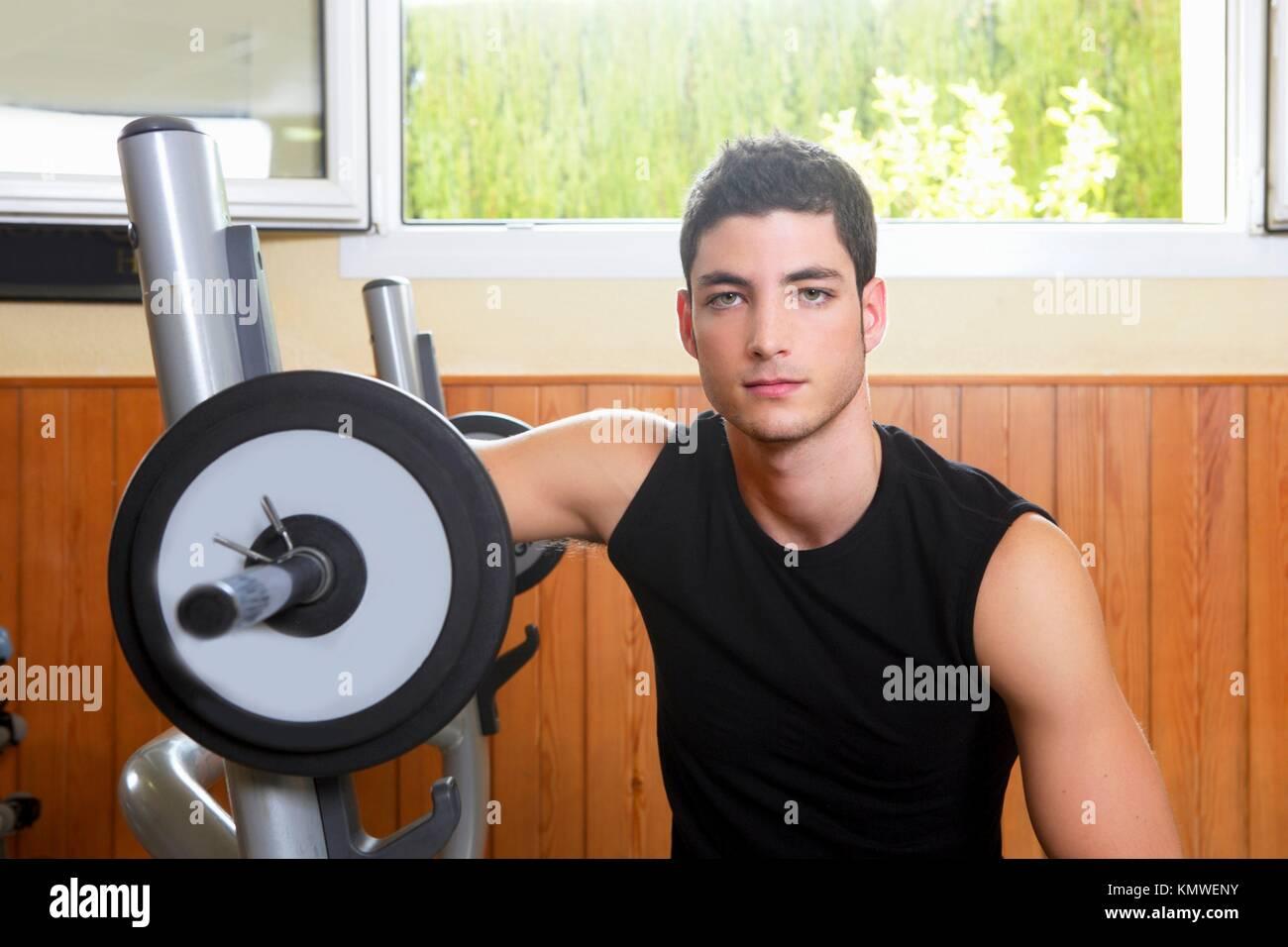 Gimnasio joven posando body building weigths negro Imagen De Stock