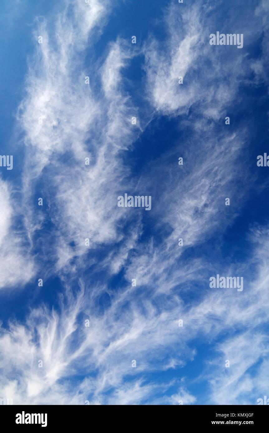 Vista de una peculiar cielo azul con nubes blancas Imagen De Stock