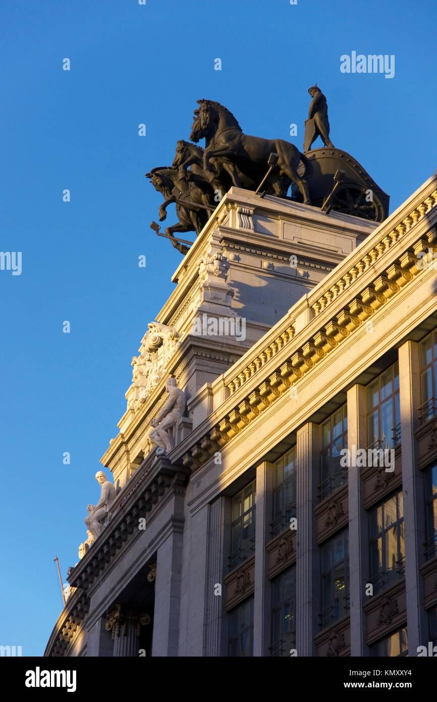Una estatua montada en la parte superior de un edificio en la Gran Vía madrileña, la calle Sevilla, edificio Imagen De Stock