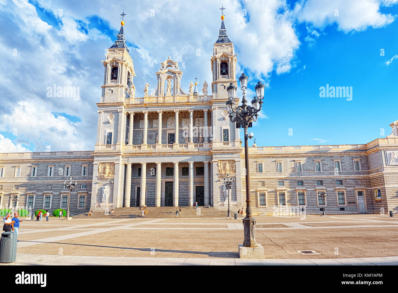 Madrid, España - Junio 04, 2017 : La Catedral de La Almudena (Catedral de Santa María la Real de la Almudena) Imagen De Stock