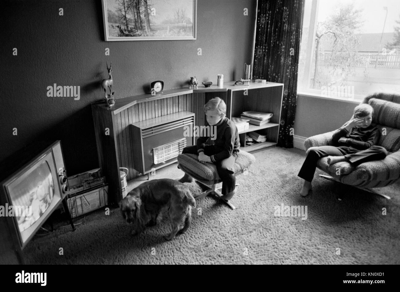 Los niños miran televisión TV UK 1970 familia de clase media en el interior de la casa. 70s Inglaterra Imagen De Stock