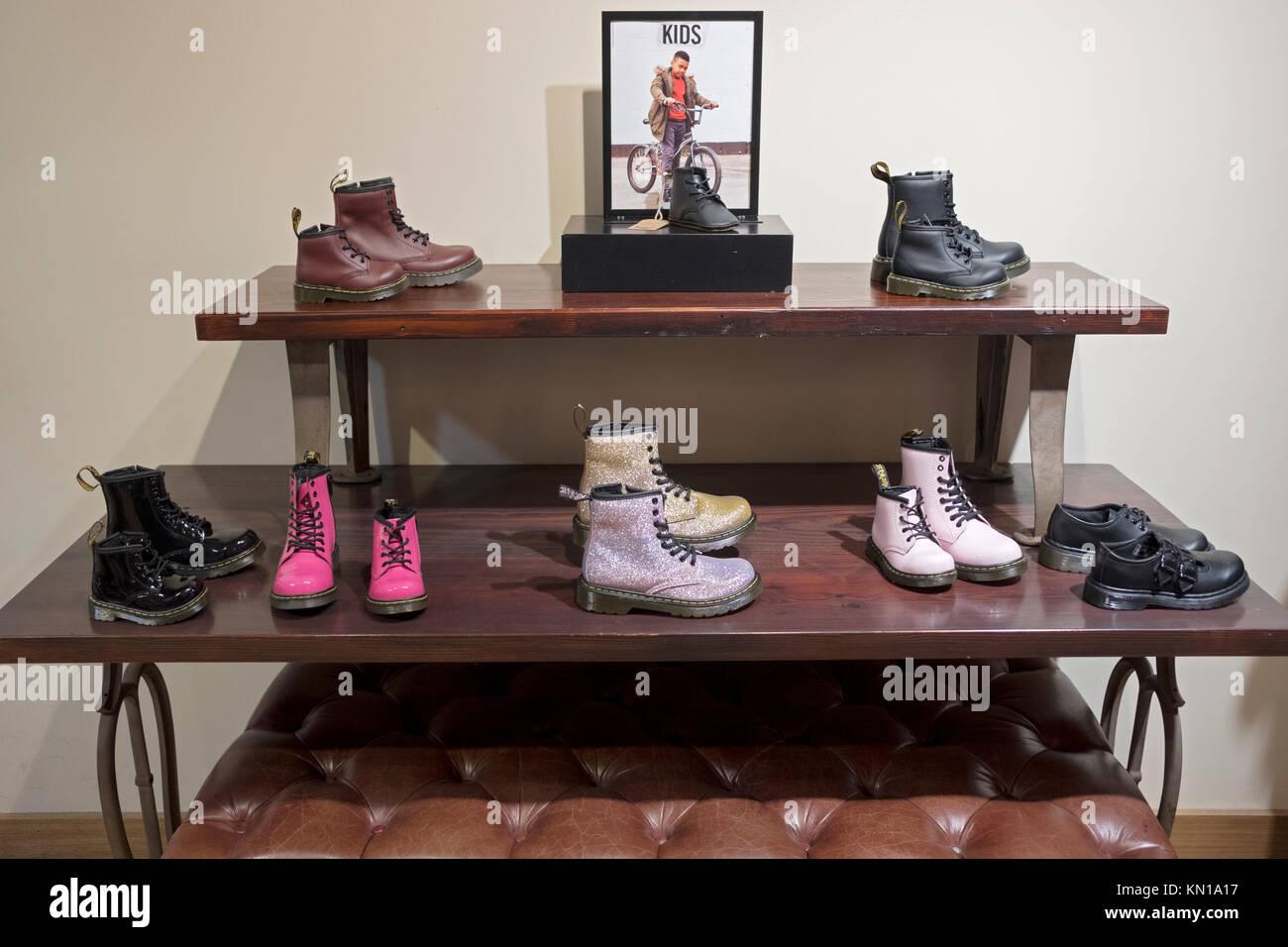 975fd2e0f Una muestra de los zapatos para niños a la venta en la tienda de Doc Martens