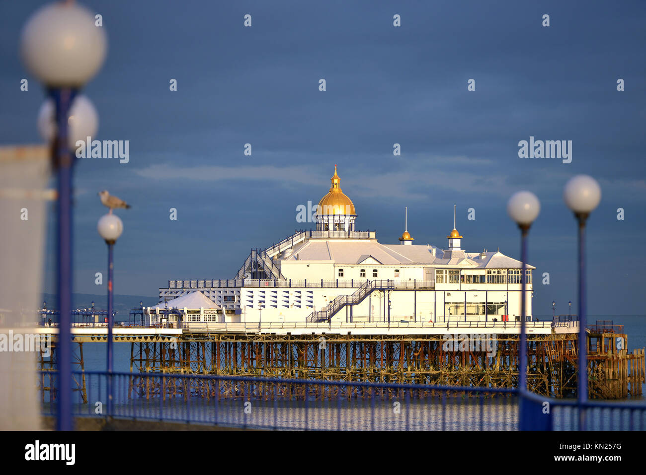 Muelle al atardecer en Eastbourne, East Sussex Imagen De Stock