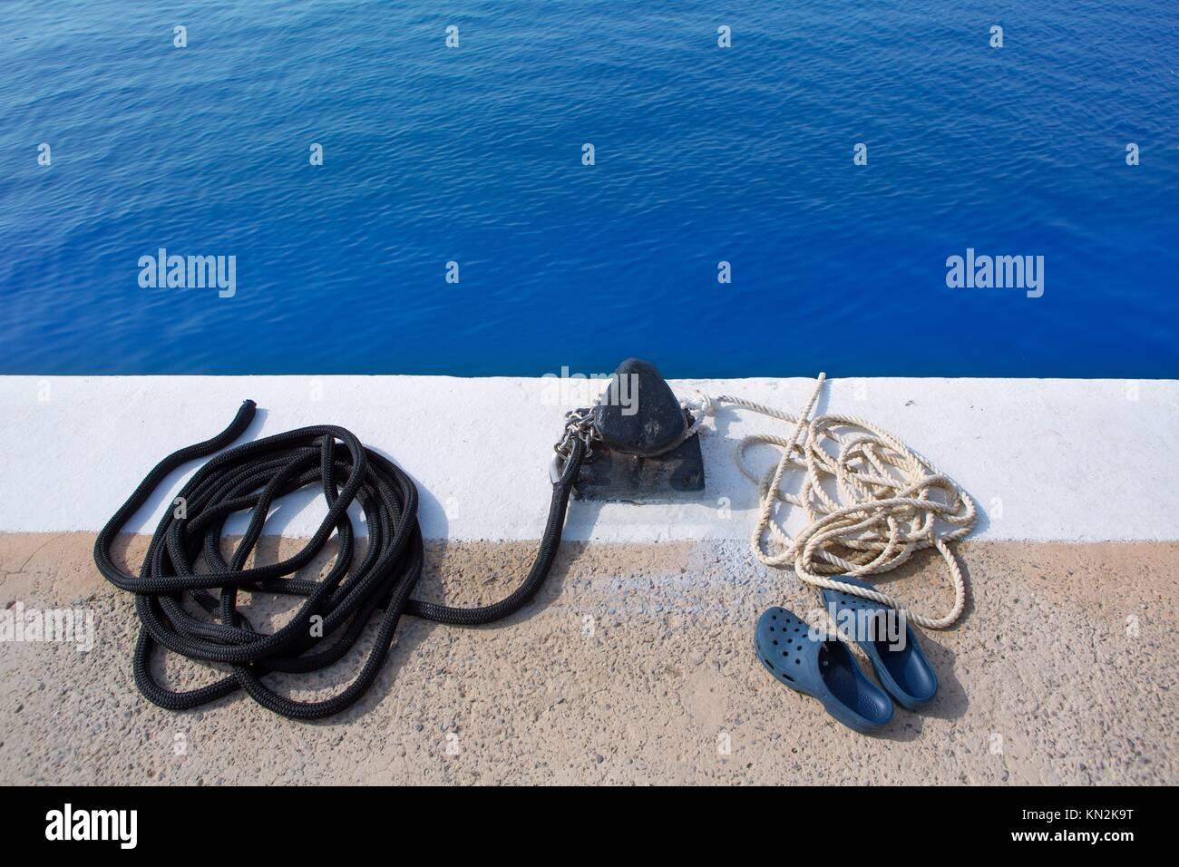 Embarcación noray marine soga y zapatos en puerto deportivo Foto de stock