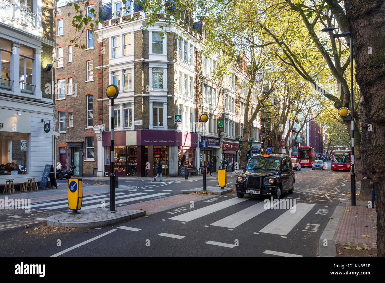 Londres taxi negro en un paso de peatones en Gray's Inn Road, Holborn, Londres Imagen De Stock