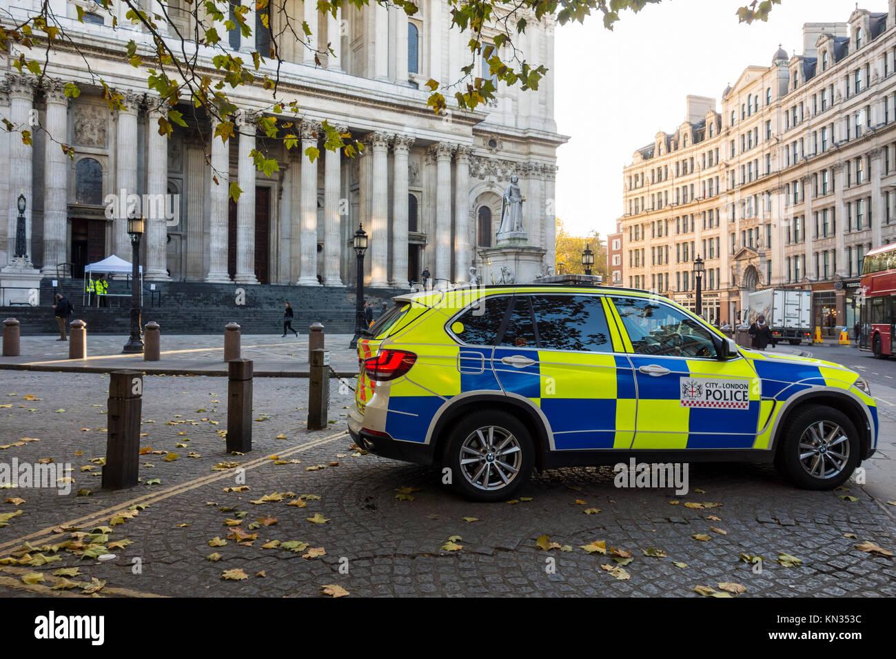 La policía de la ciudad de Londres vehículo aparcado en el cementerio de San Pablo, Londres, Reino Unido. Imagen De Stock