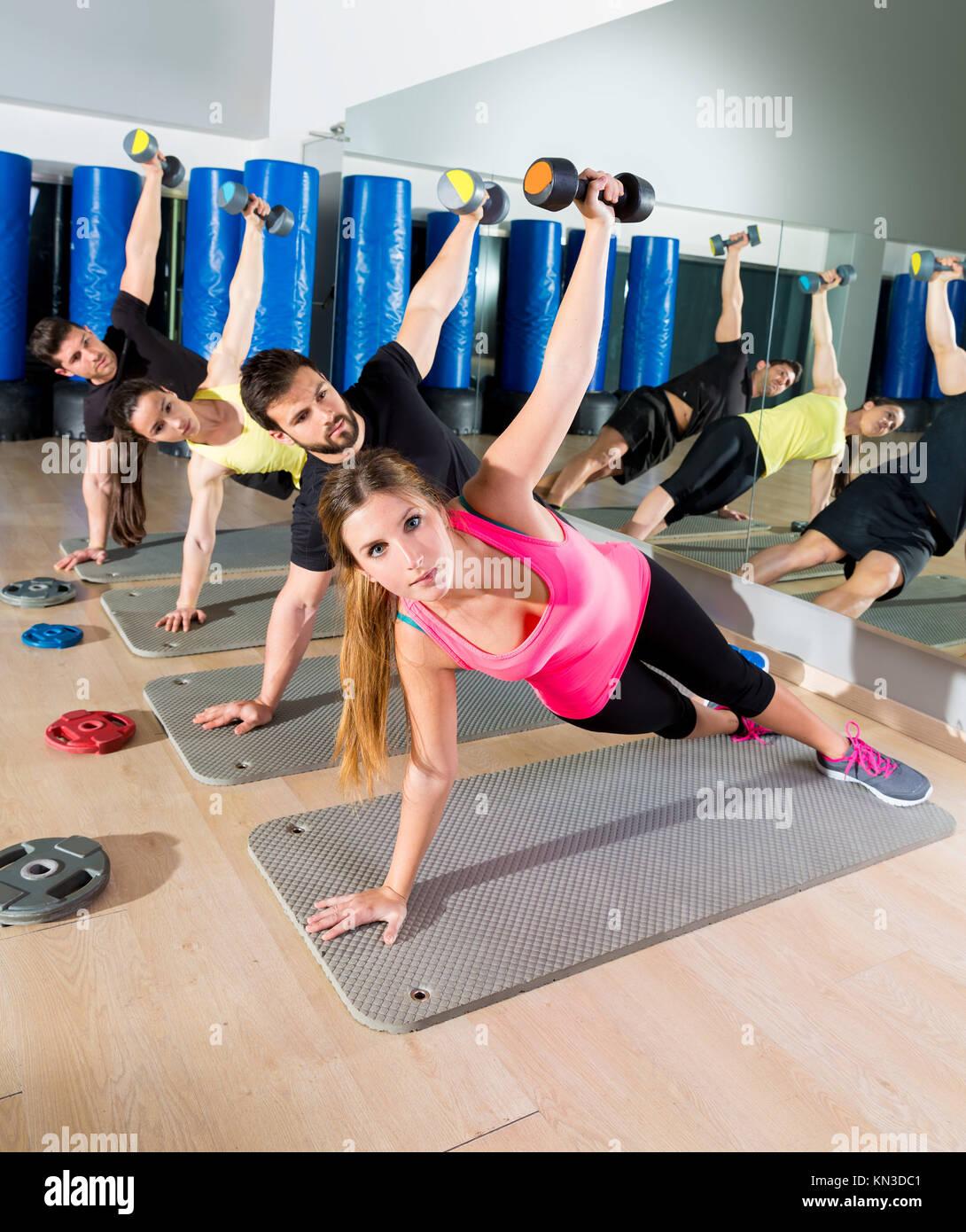Pesa push up grupo funcional del circuito de entrenamiento en el gimnasio. Imagen De Stock