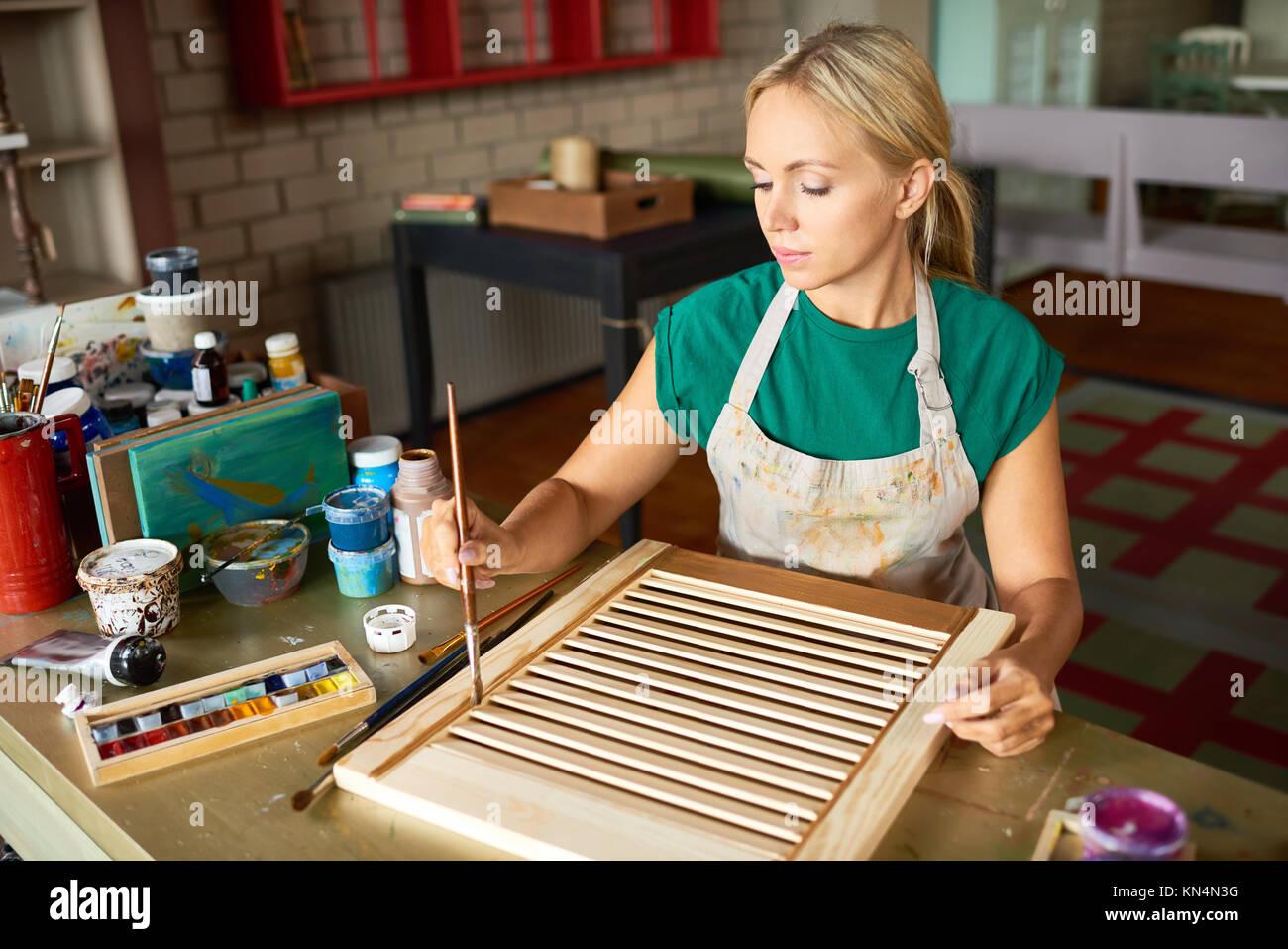 Mujer joven disfrutando la elaboración de bricolaje Foto & Imagen De ...