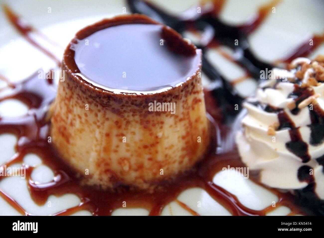 Flan con crema de caramelo en el plato postre España. Foto de stock