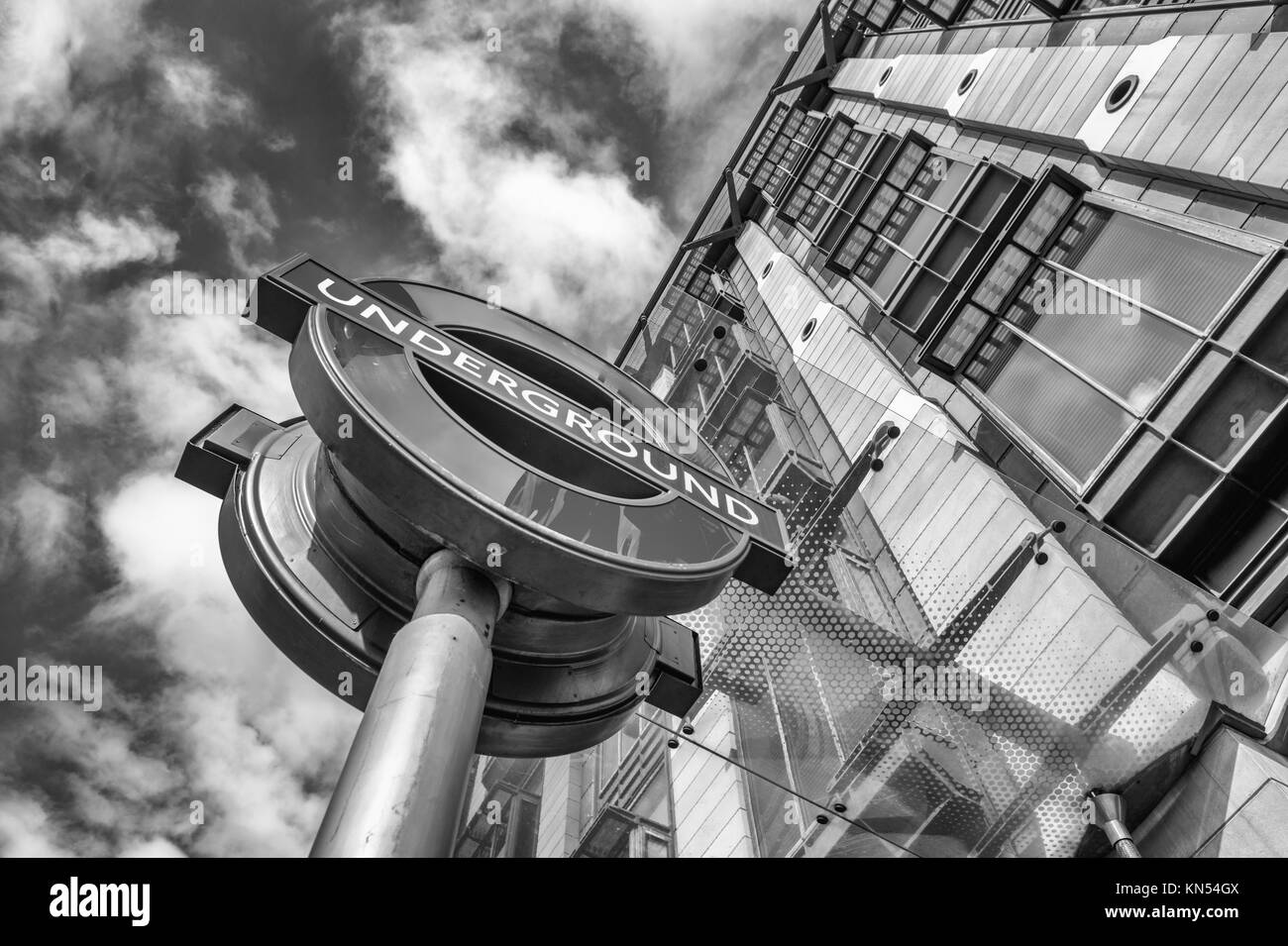 La estación del metro de Londres Londres : firmar. 3,5 millones de viajes de pasajeros se hacen cada día Imagen De Stock