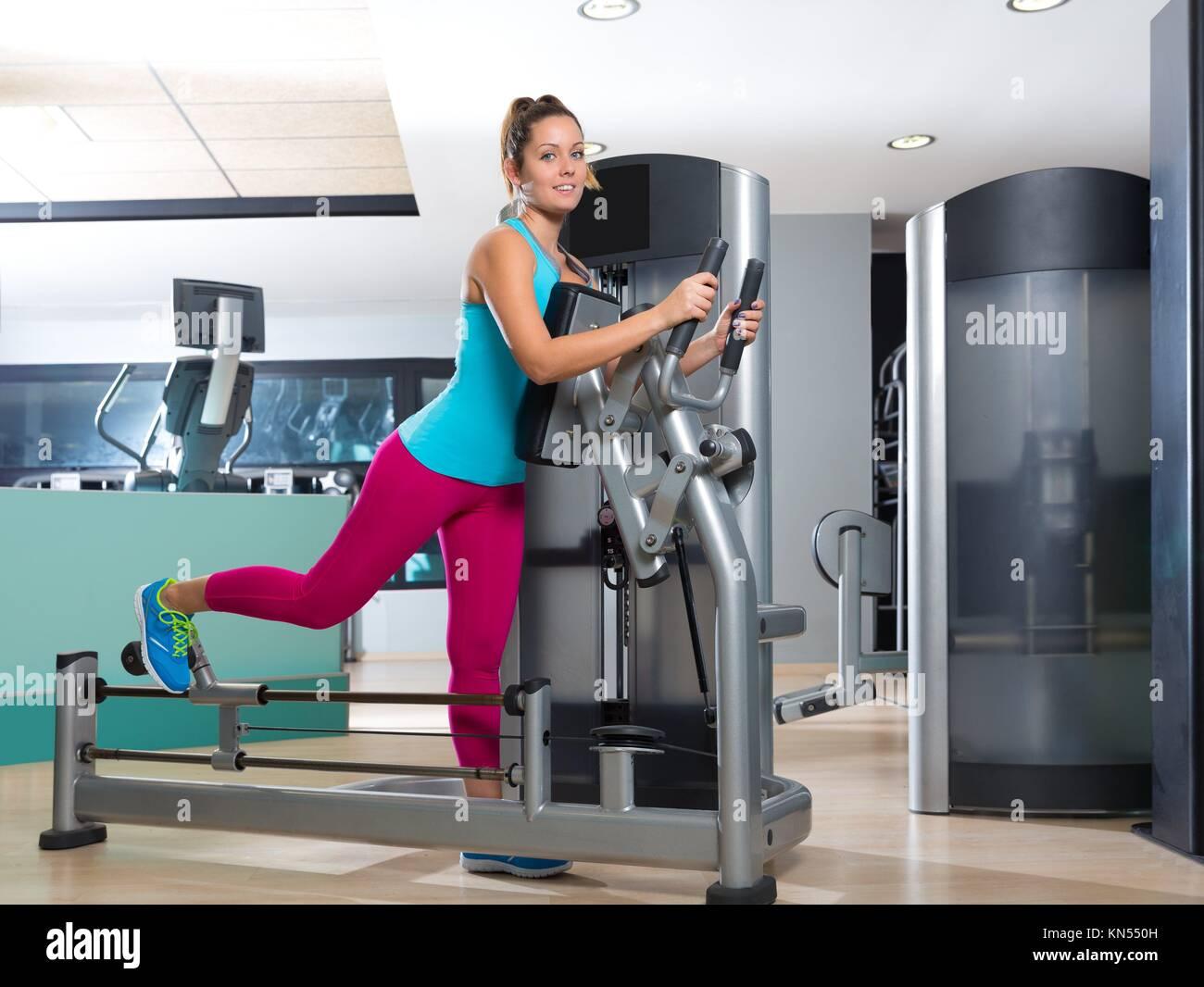 Gimnasio glute máquina de ejercicio mujer entrenamiento indoor. Imagen De Stock