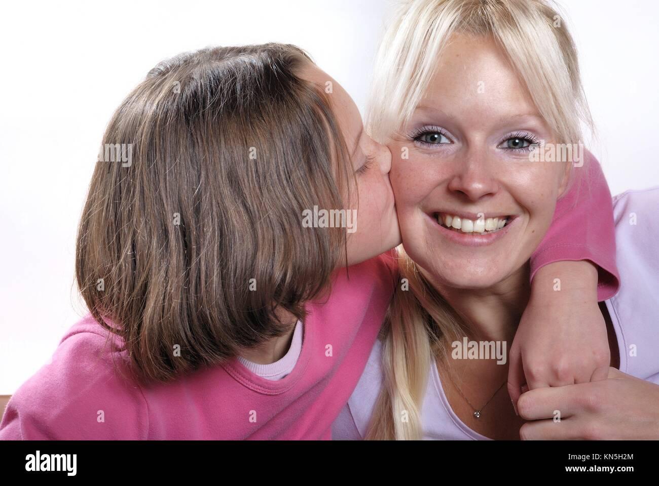 La complicidad entre madre e hija. Foto de stock