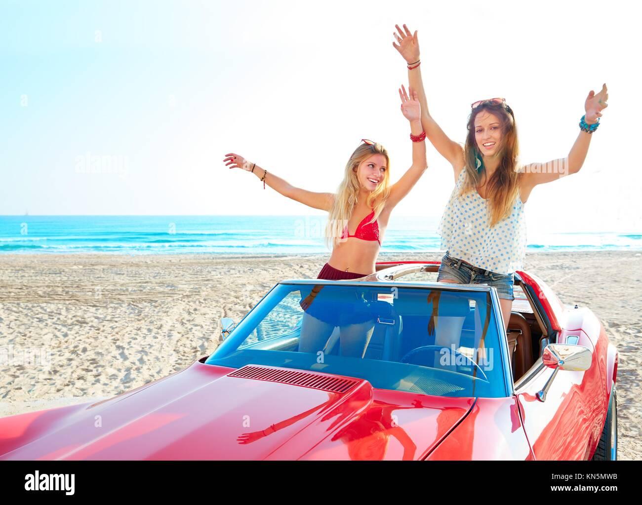 Hermosa fiesta amigo chicas bailando en un coche en la playa feliz. Foto de stock