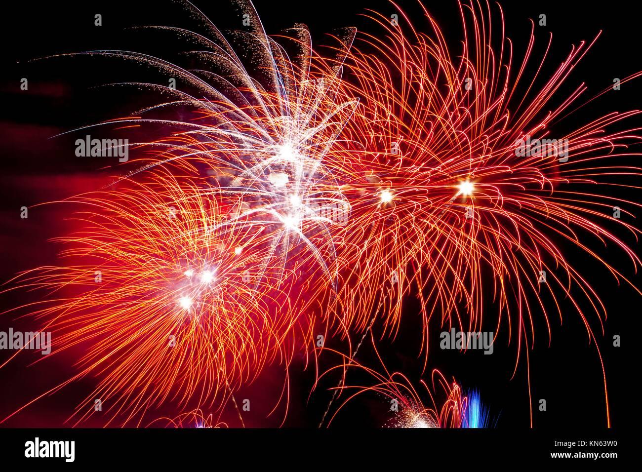 Coloridos fuegos artificiales en la festividad de la noche de San Juan, España. Imagen De Stock