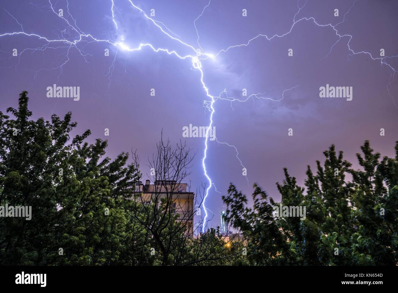 La iluminación durante la tormenta pesada en Varsovia, en junio de 2015. Imagen De Stock