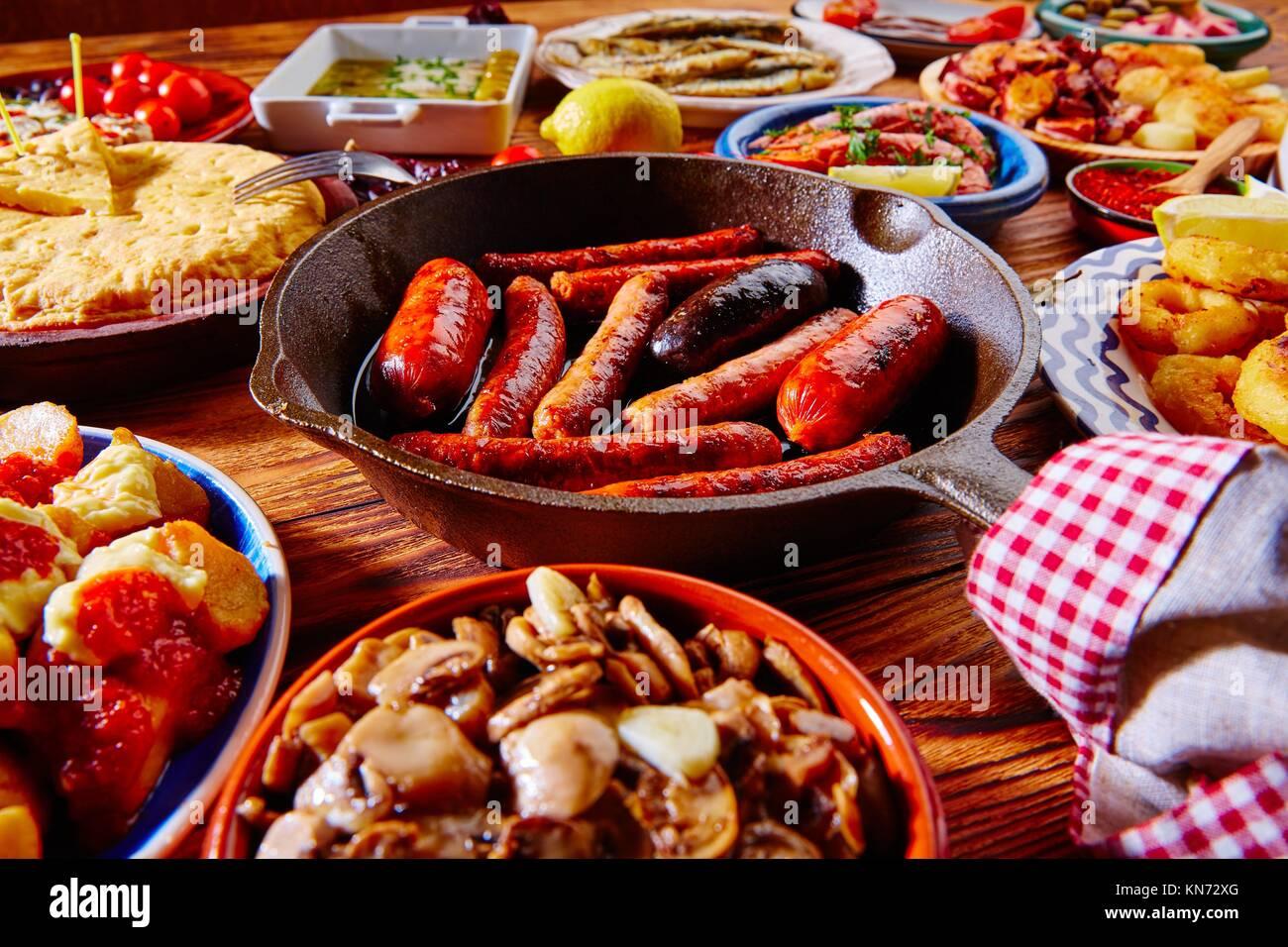 Tapas de España mezcla variada de tapas más populares de la comida mediterránea. Imagen De Stock