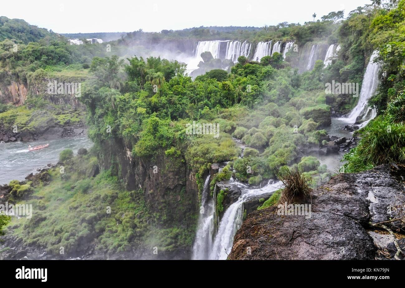 Circuito superior de las Cataratas de Iguazú, una de las nuevas Siete Maravillas de la Naturaleza, de la Argentina. Foto de stock